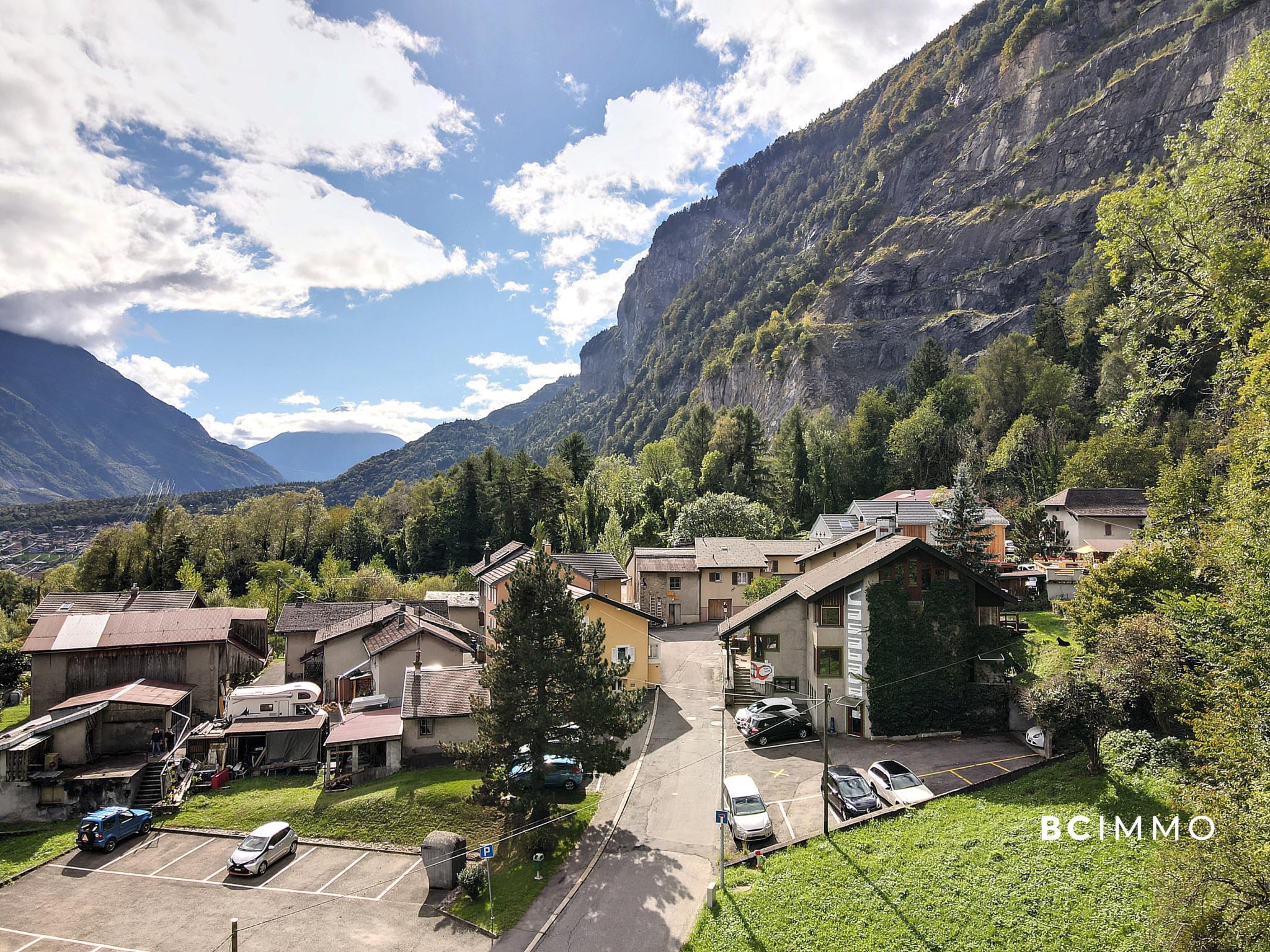 BC Immo - Charmante bâtisse de 7 pièces comportant une surface commerciale et un appartement de 4.5 pièces en duplex - LD1890CA