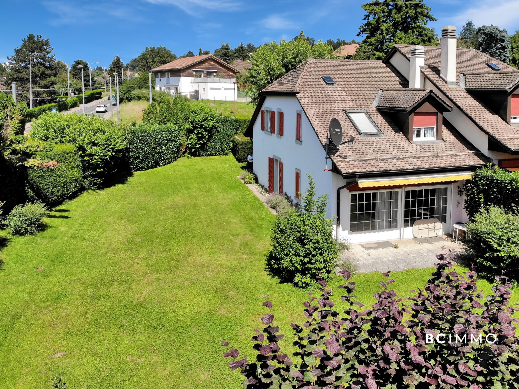 BC Immo - Villa mitoyenne idéalement située avec grand jardin - 1052SB1